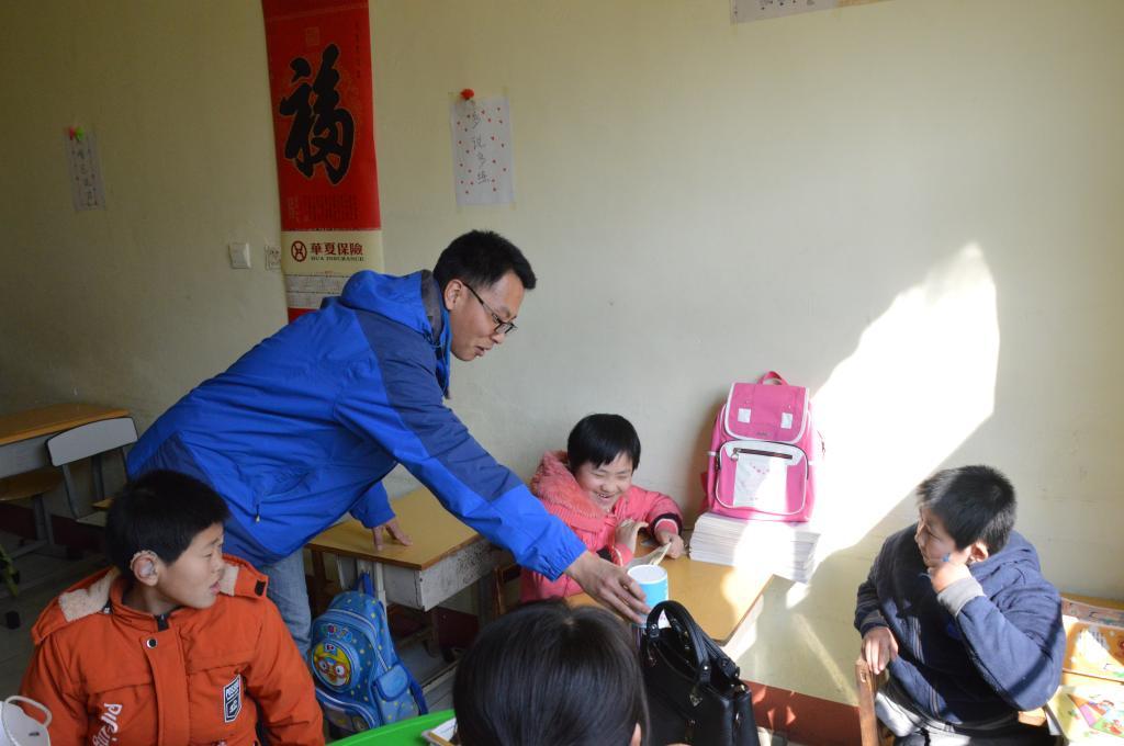 了解了孩子们的身体,心理及学习状况;志愿者们与聋哑儿童亲切互动